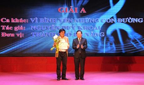 Tác giả Nguyễn Duy Khoái (bên trái) nhận giải Nhất