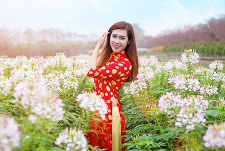 Nữ sinh 9X dáng tựa người mẫu khoe sắc trong vườn xuân
