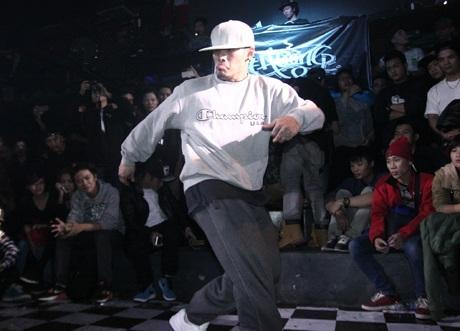 Tùng Min vừa nhảy, vừa hát để làm vui lòng bạn gái