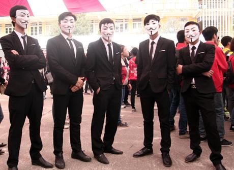 Một nhóm 5 chàng trai cosplay anonymous