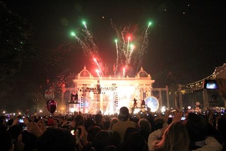 Khoảnh khắc pháo hoa đón năm mới tại sân khấu Nhà hát Lớn.