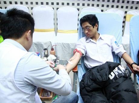 Các bạn sinh viên thuộc các trường cao đẳng, đại học tại Hà Nội vui vẻ tham gia hiến máu nhân đạo