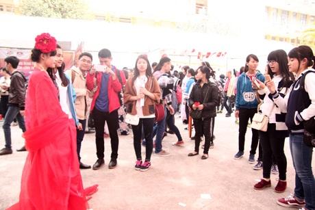 Ly thu hút sự chú ý của nhiều bạn trẻ tham dự lễ hội.