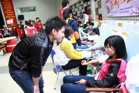 Nhiều bạn mới hiến máu lần đầu được các TNV tận tình hướng dẫn