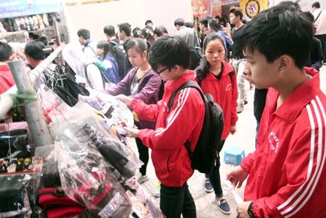 Khá đông các bạn trẻ đã ghi và treo ước nguyện trong năm mới của mình lên cây điều ước