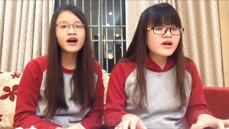 Hai cô gái có giọng hát ngọt ngào, khả năng chơi đàn khá tốt