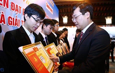 Anh Lê Quốc Phong, Chủ tịch Hội Sinh viên trao bằng khen cho các Sinh viên 5 tốt
