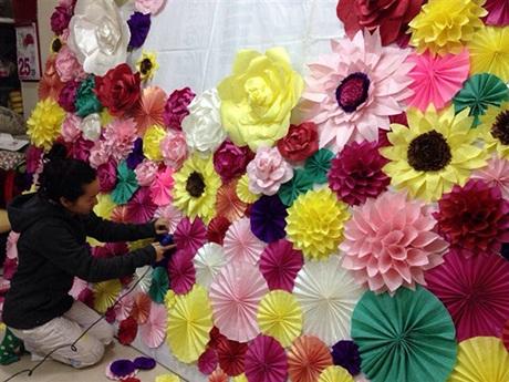 Cặp đôi trẻ cũng tự tay làm hoa giấy, trang trí lễ đường