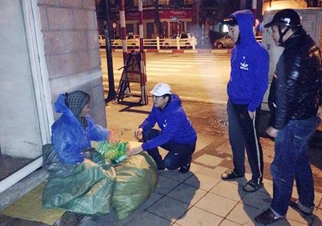 Các thành viên của nhóm phát quà cho người vô gia cư trên địa bàn Hà Nội.