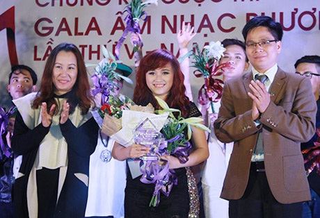 Cô gái Lê Thị Thu An hạnh phúc khi nhận giải Nhất cuộc thi