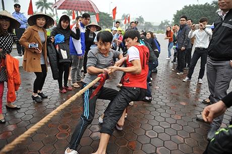 Thanh niên tham gia các trò chơi dân gian, rèn luyện sức khỏe