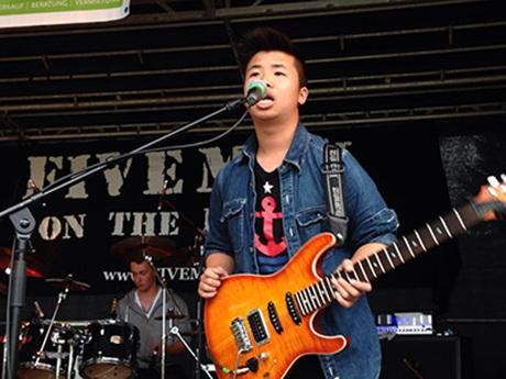 Duy thường xuyên tham gia biểu diễn ở các chương trình ca nhạc học sinh - sinh viên
