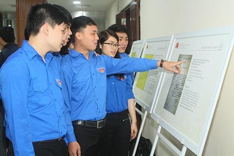 Thanh niên Thủ đô tham quan, nghiên cứu các tư liệu được trưng bày