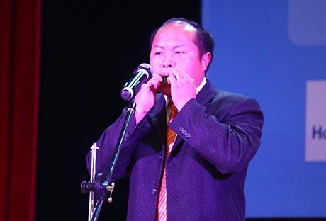 Phó Chủ tịch xã Hoàng Thu Phố, Bắc Hà, Lào CaiTráng Seo Pao trổ tài thổi kèn lá