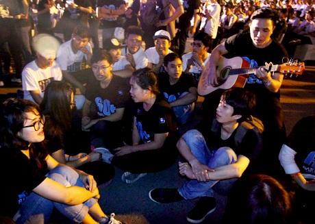 Các tình nguyện viên tụ họp lại với nhau đàn hát những ca khúc về sinh viên, về môi trường