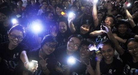 Những ánh đèn điện thoại lấp ló trong khi Hà Nội tắt điện nơi công cộng