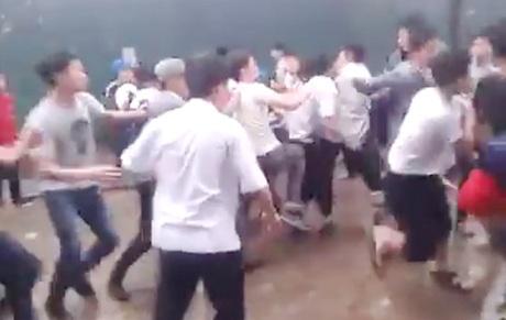 Hình ảnh trong clip các nam sinh trườngTHCS Phúc Diễn (huyện Bắc Từ Liêm, Hà Nội) ẩu đả.