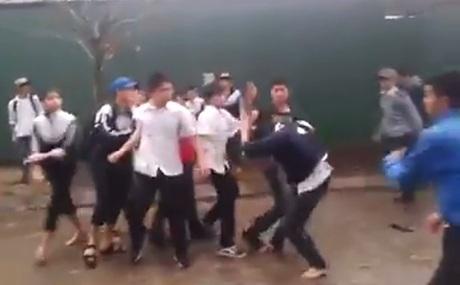 Những bạn học chứng kiến chẳng những không khuyên can mà còn cổ vũ (Hình ảnh trong clip)