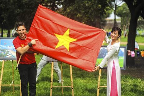 Bạn bè quốc tế thích thú khám phá văn hóa Việt Nam