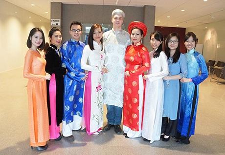 Tuấn và bạn bè trong chương trình Tết Việt 2015