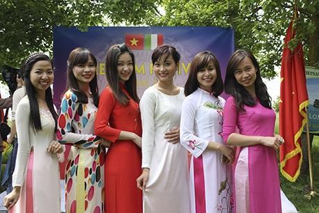 Tiết mục trình diễn áo dài do các nữ sinh viên Việt Nam tại thành phố Roma và Cassino biễu diễn