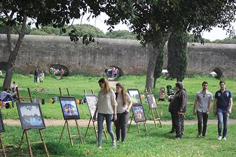 Khách nước ngoài thăm quan các gian hàng triển lãm tranh ảnh đất nước, con người Việt Nam