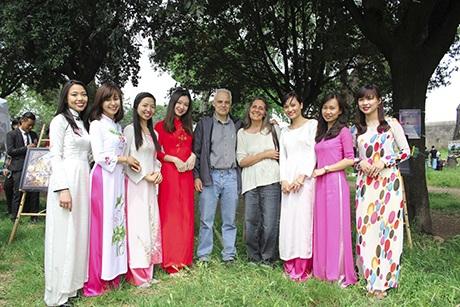 Chụp ảnh lưu niệm cùng toàn thể khách mời tham gia chương trình