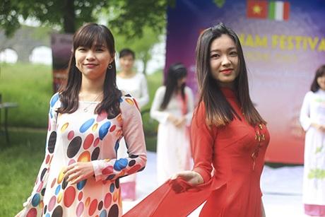 Áo dài Việt tung bay