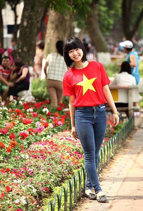 Rất nhiều loài hoa mới được trồng ven bờ hồ Hoàn Kiếm là điểm cực thu hút với các cô gái