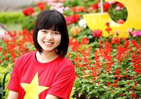 Thiếu nữ rực rỡ màu cờ Tổ quốc mừng đón ngày kỷ niệm 30/4