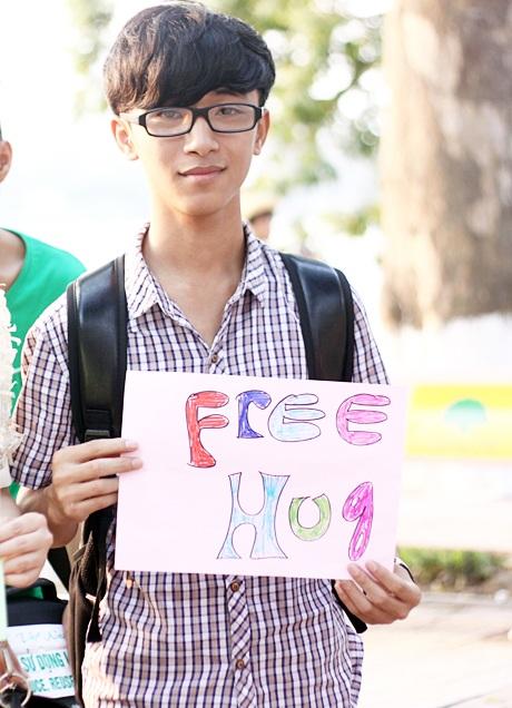 Nhiều bạn trẻ là sinh viên tại Hà Nội đã cùng nhau tham gia buổi free hug tại Hồ Gươm