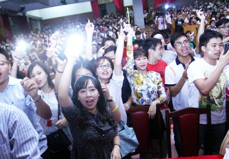 Khán giả phấn khích khi theo dõi các phần thi