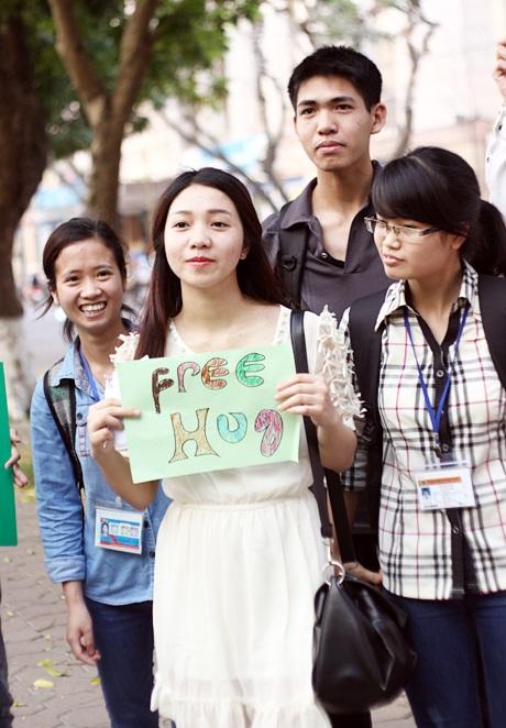 Cô gái xinh đẹp đội nắng lan tỏa thông điệp