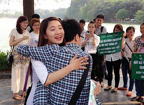 Du khách nước ngoài cũng hào hứng ủng hộ sự kiện