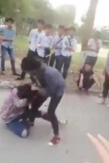 Hai cô gái đánh nhau khá hăng trong khi các khán giả trẻ thản nhiên đứng xem