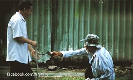 Người đàn ông khuyết tật đôi chân trả ví cho ông Thành
