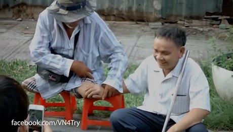 Hình ảnh hai người đàn ông cùng chia sẻ nụ cười ở cuối clip