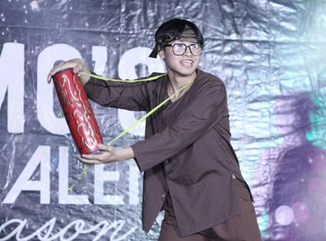 Popper Vũ Đình Hòa – học sinh lớp 10B hóa thân thành anh chàng nông dân nhảy trên nền nhạc