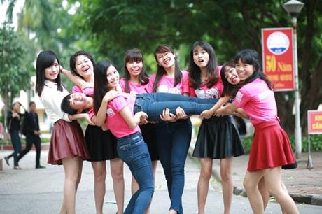 Nữ sinh lớp Xuất bản tinh nghịch trong sắc áo đồng phục lớp màu hồng
