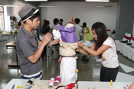Các bạn trẻ thử sức với cuộc thi Thiết kế Thời trang thần tốc