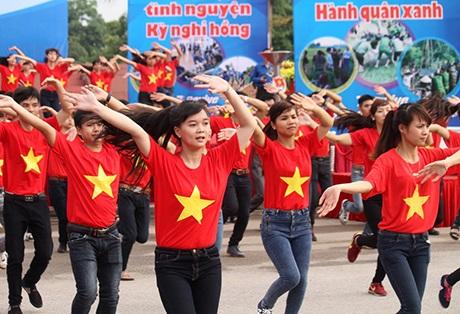 Màn dân vũ ấn tượng với sự tham gia của 200 vũ công trẻ và 5.000 đoàn viên, thanh niên