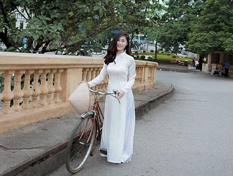 Những bức hình gắn tà áo dài Việt Nam với những nét mới và cổ kính của Hà Nội.