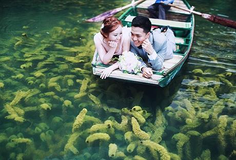 Lướt thuyền trên sông chụp ảnh để thấy màu xanh của rong rêu hết sức thơ mộng
