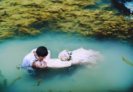 Màu sắc cổ tích phủ lên bộ ảnh cưới của cặp đôi trẻ
