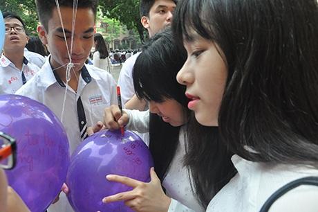 Học sinh Trần Phú viết lời ước nguyện lên những trái bóng bay