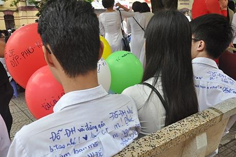 Không chỉ viết ước nguyện lên bóng bay, các bạn trẻ còn để lại lưu bút trên áo