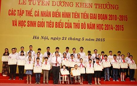 Trao thưởng cho 40 học sinh xuất sắc tiêu biểu năm học 2014 - 2015