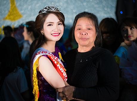 Hoa khôi Lê Thị Việt Hà và mẹ trong ngày cô đăng quang