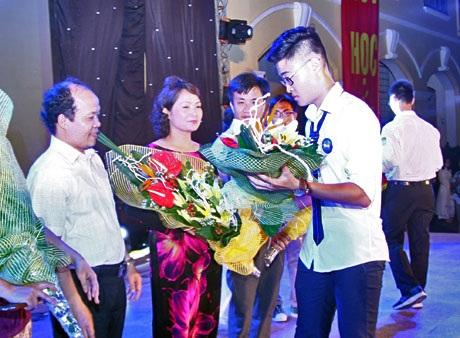Học trò lớp 12 Chu Văn An tri ân thầy cô trước ngày ra trường