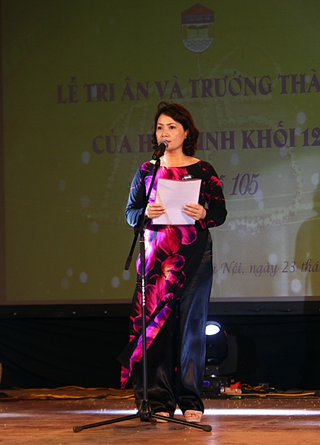 Cô Hiệu trưởng Lê Mai Anh gửi gắm niềm hy vọng và dặn dò các học sinh lớp 12 trước khi ra trường.